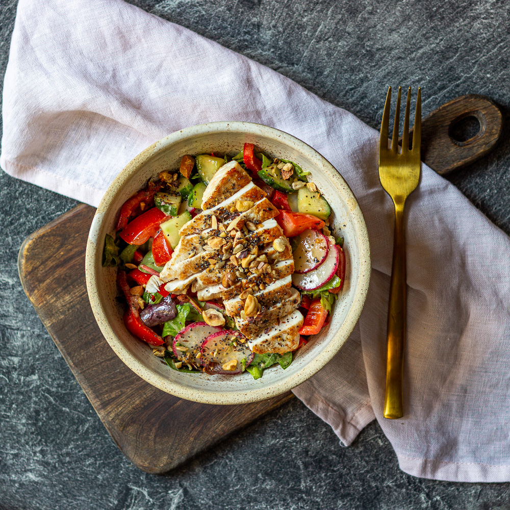 Zeleninový salát s grilovanou paprikou a krůtím masem