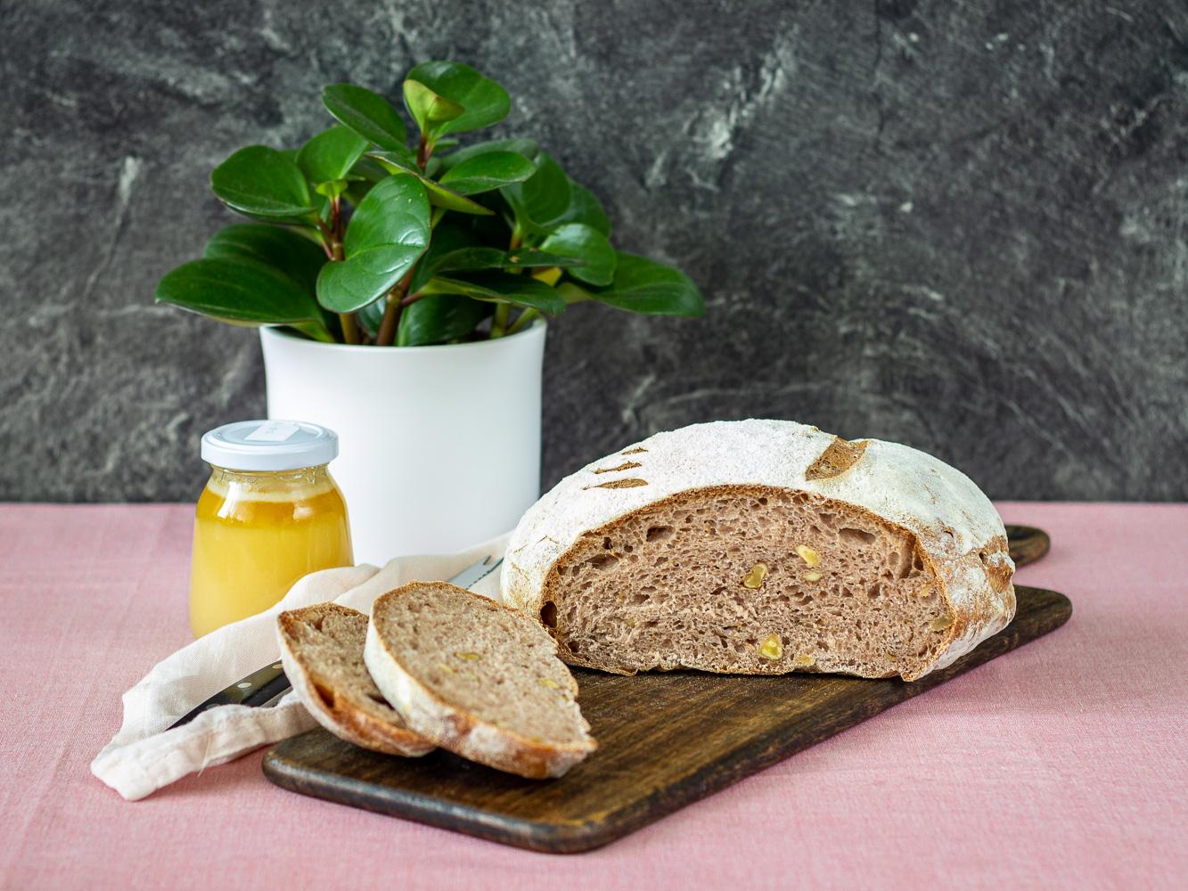 Špaldový chléb s ořechy a medem